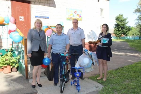 Сотрудники ИК-2 УФСИН России по Орловской области посетили социальный реабилитационный центр для несовершеннолетних г.Ливны в День защиты детей с подарками