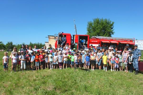 Сотрудники ИК-5 УФСИН России по Орловской области организовали праздник для детей  п. Нарышкино